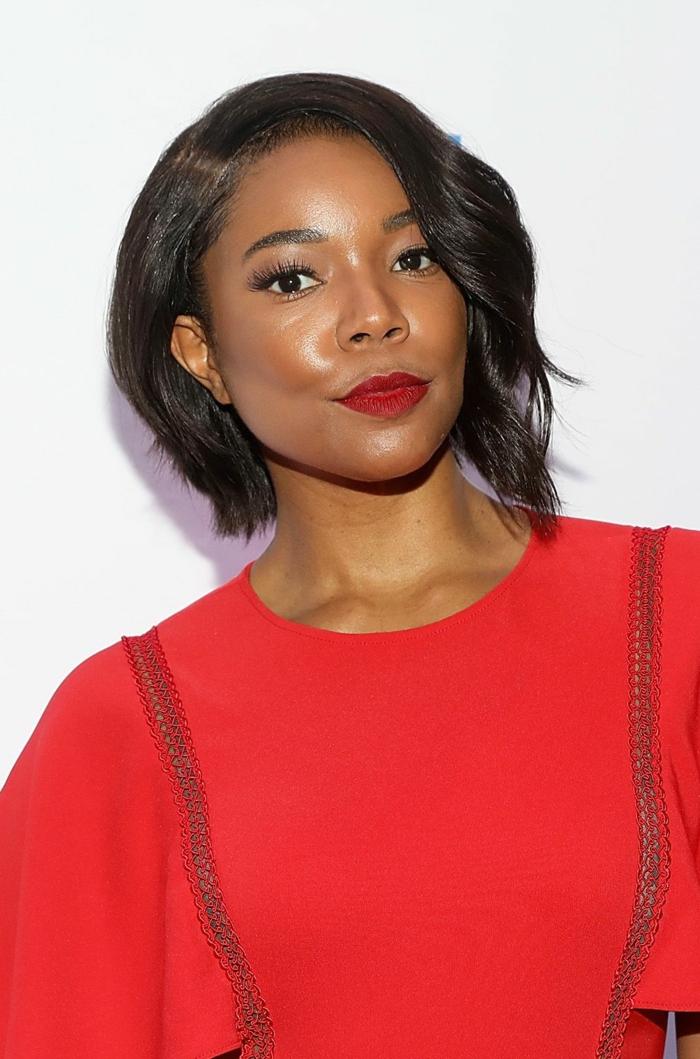 Acconciature capelli ricci corti, donna con taglio caschetto mosso, abbigliamento con maglietta rossa