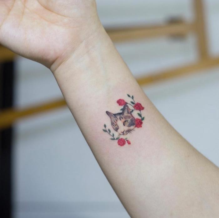 Tatuaggi avambraccio, tattoo sul polso, disegno gatto con fiori
