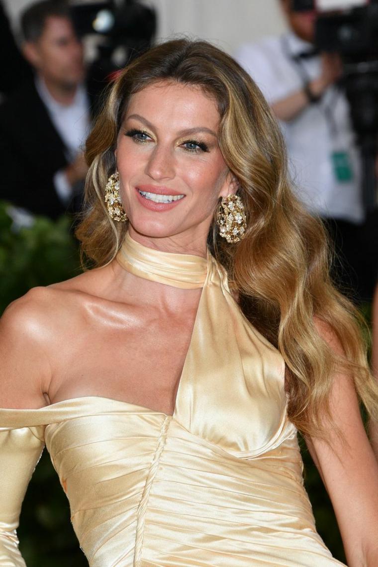 Acconciature capelli mossi, Gisele Bundchen con abito giallo, capelli lunghi e ricci