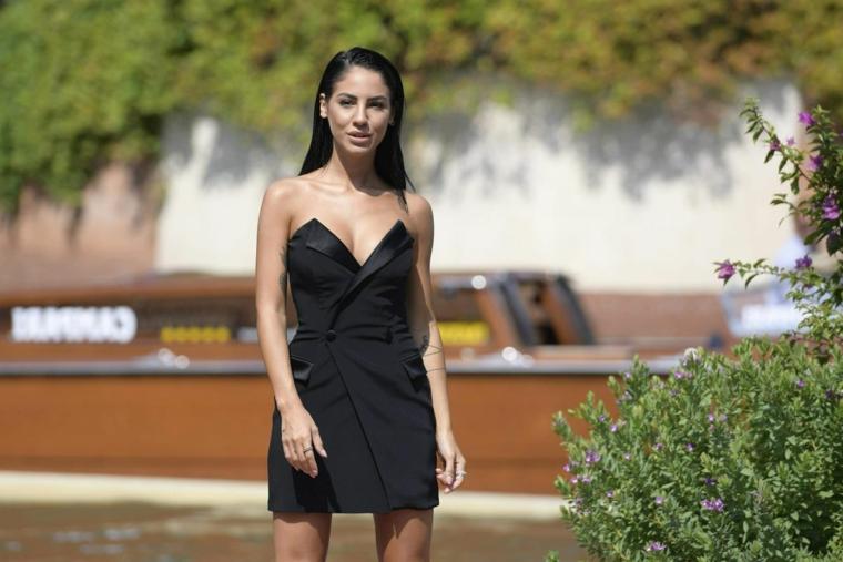 Tagli medio lunghi, Giulia De Lellis con abito nero, capelli effetto bagnato
