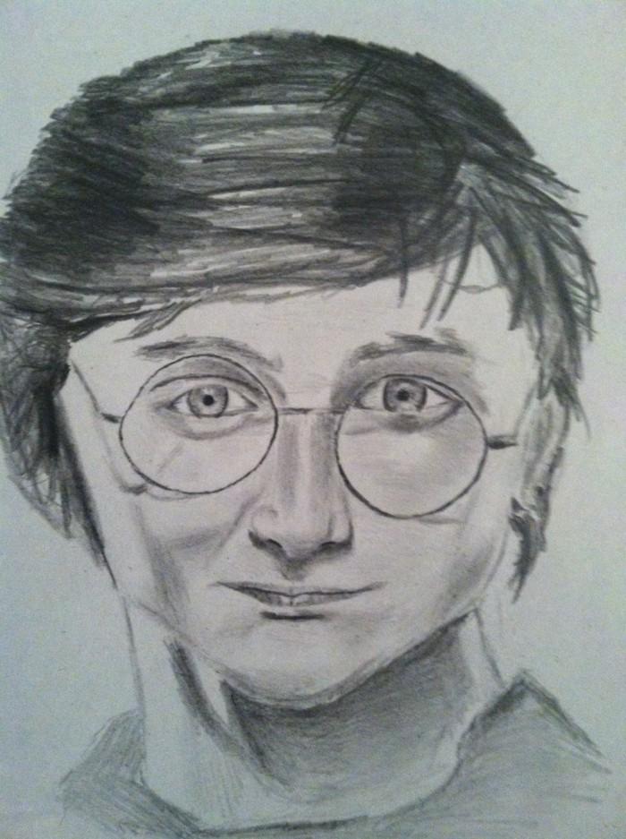 Disegni a matita facili, Harry Potter con capelli corti, viso con con occhiali da vista