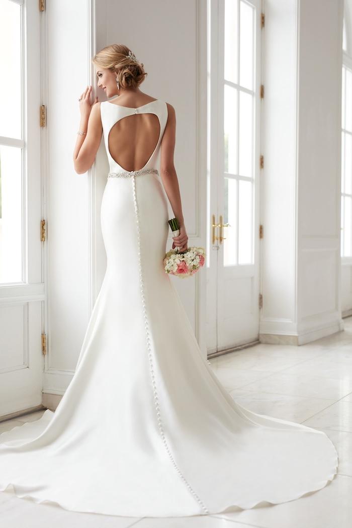 Vestito donna matrimonio, abito bianco stile sirena, ragazza bionda con bouquet