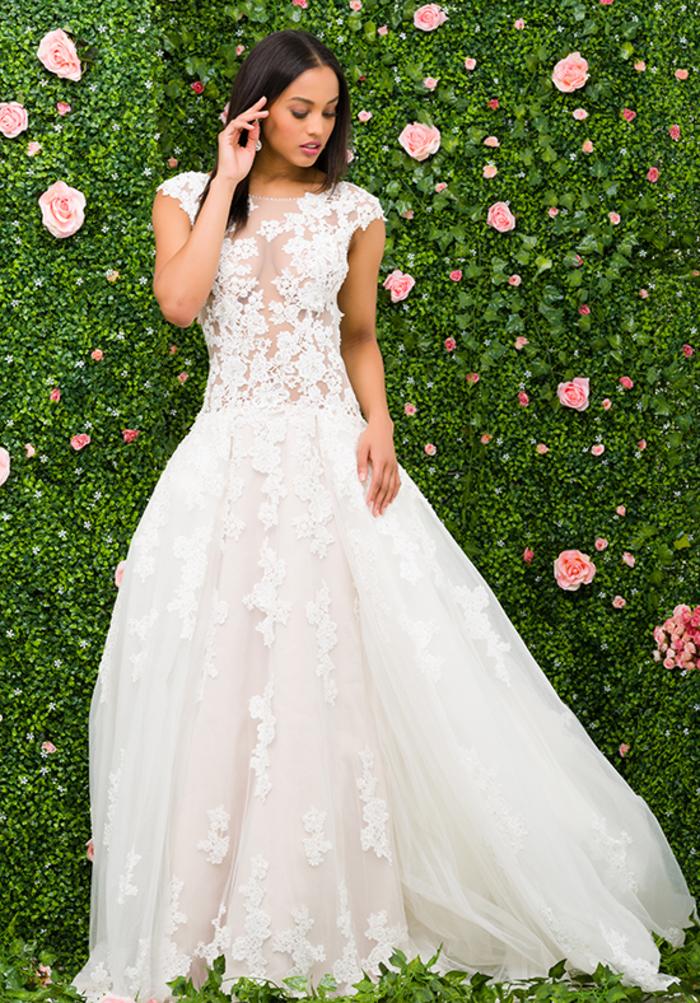 Vestito bianco con ornamenti, vestito da sposa principessa, ragazza con capelli neri