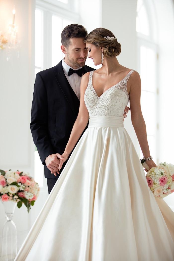 Uomo e donna che si tengono per mano, sposa da principessa. abito bianco con ornamenti
