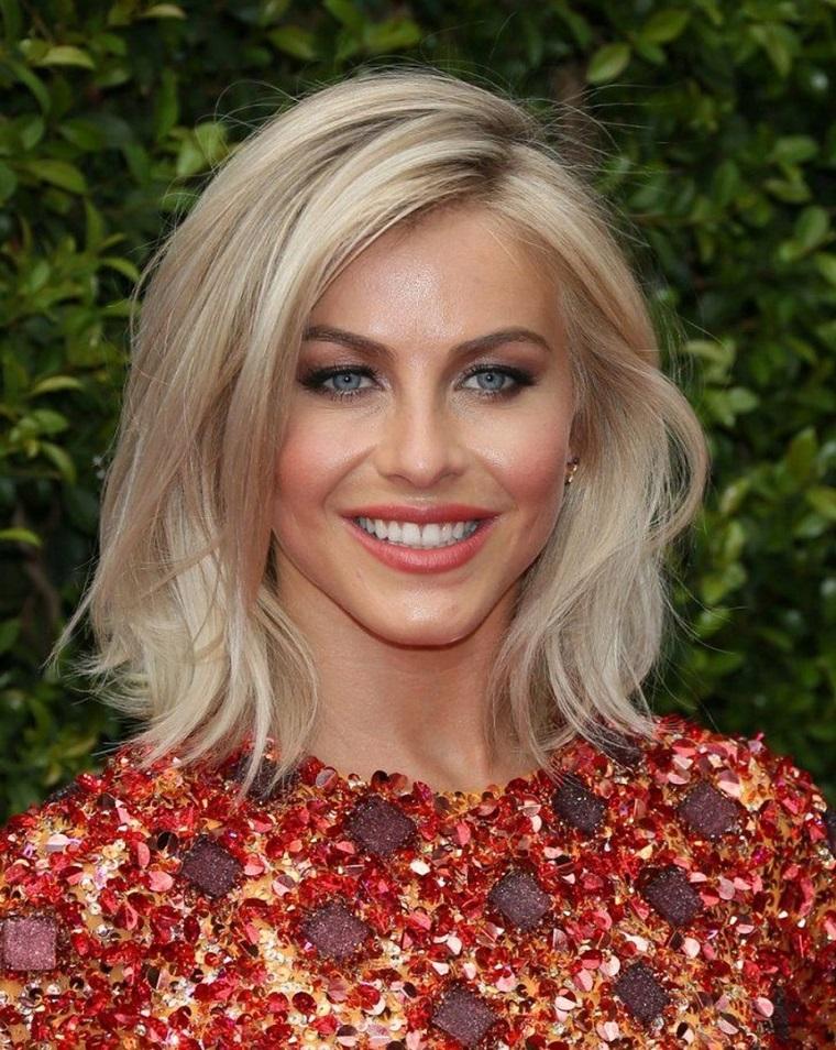 Acconciature capelli media lunghezza, ragazza con capelli biondi, pettinatura riga laterale