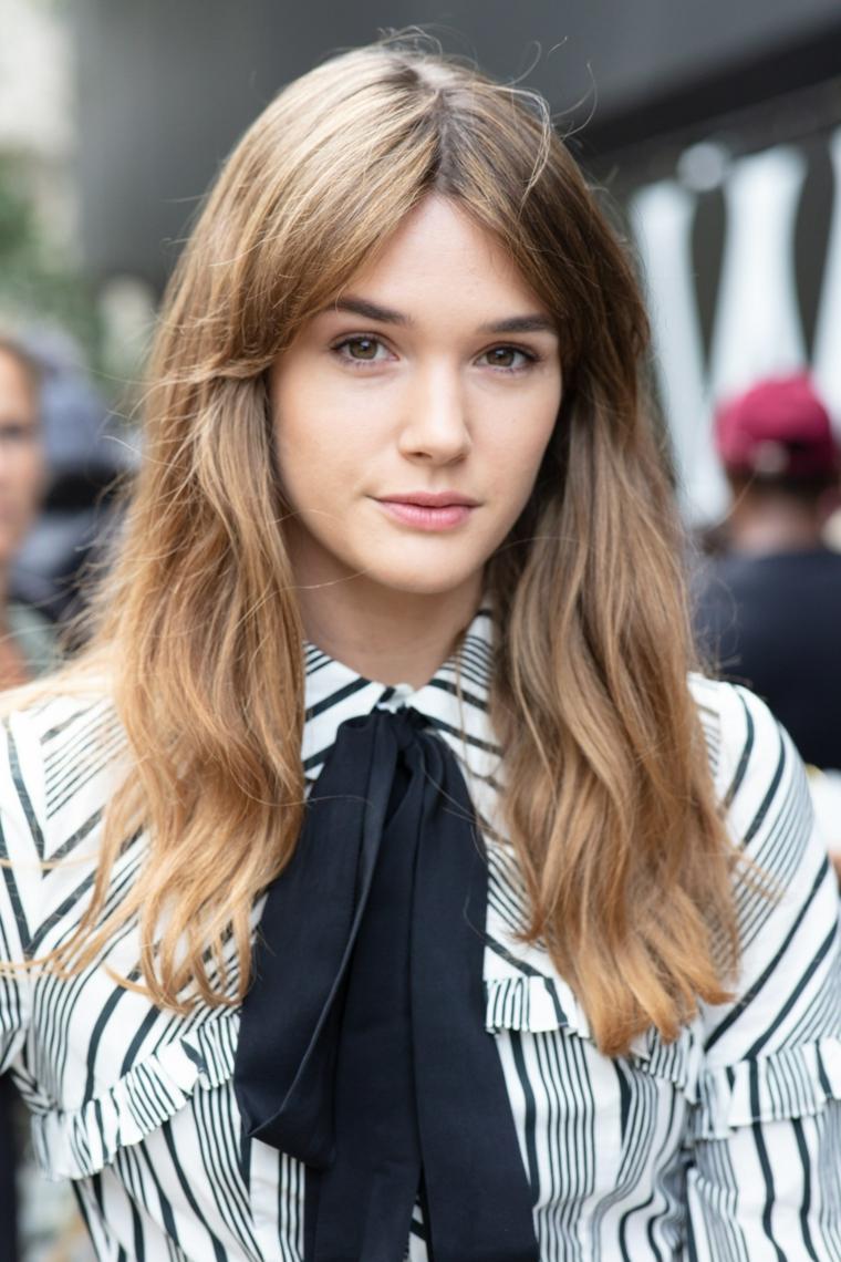 Acconciature capelli lunghi sciolti, ragazza con frangia in mezzo, capelli castano chiaro