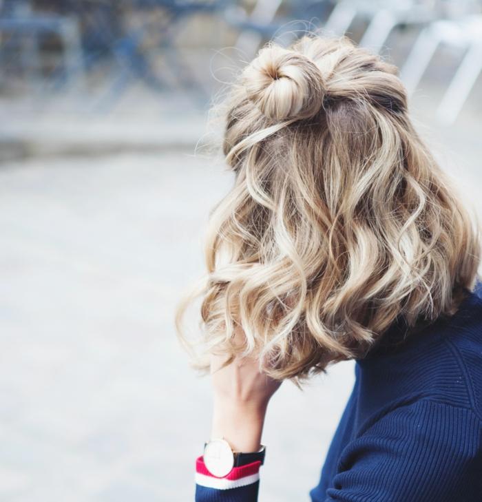 Acconciature capelli ricci corti, ragazza con capelli biondi, abbigliamento con maglione blu