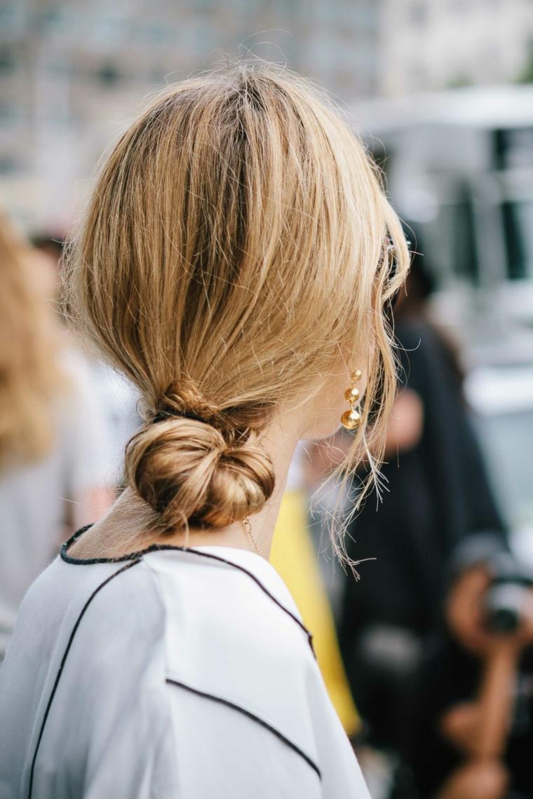 Capelli raccolti semplici, ragazza con capelli biondi, acconciatura con chignon basso