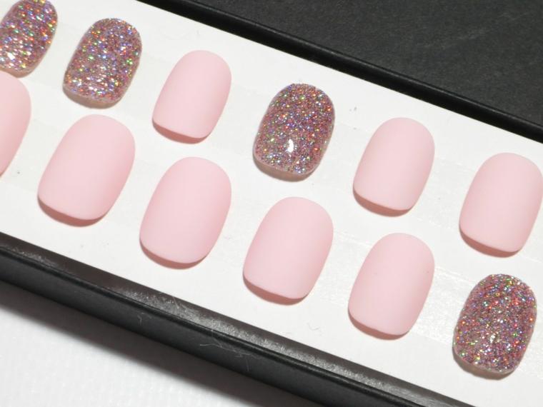 Unghie finte corte, unghie decorate smalto gliiter, smalto tonalità rosa