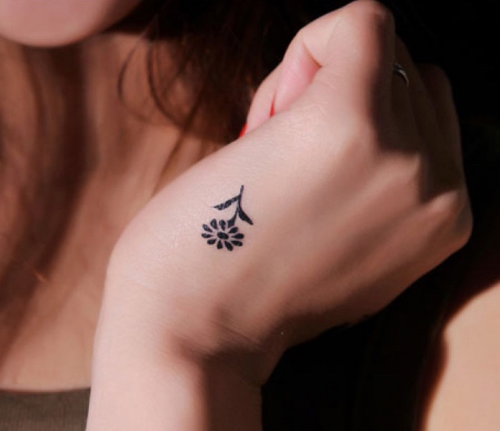 Tatuaggi più belli del mondo, tattoo con un fiore, disegno sulla mano