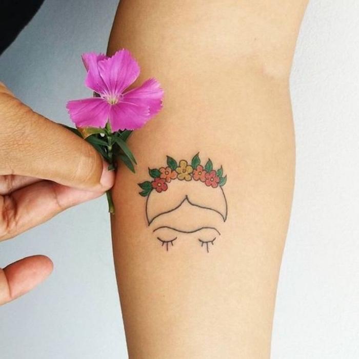 Tatuaggio piccolo, tatuaggio con fiori colorati, fiore con petali viola