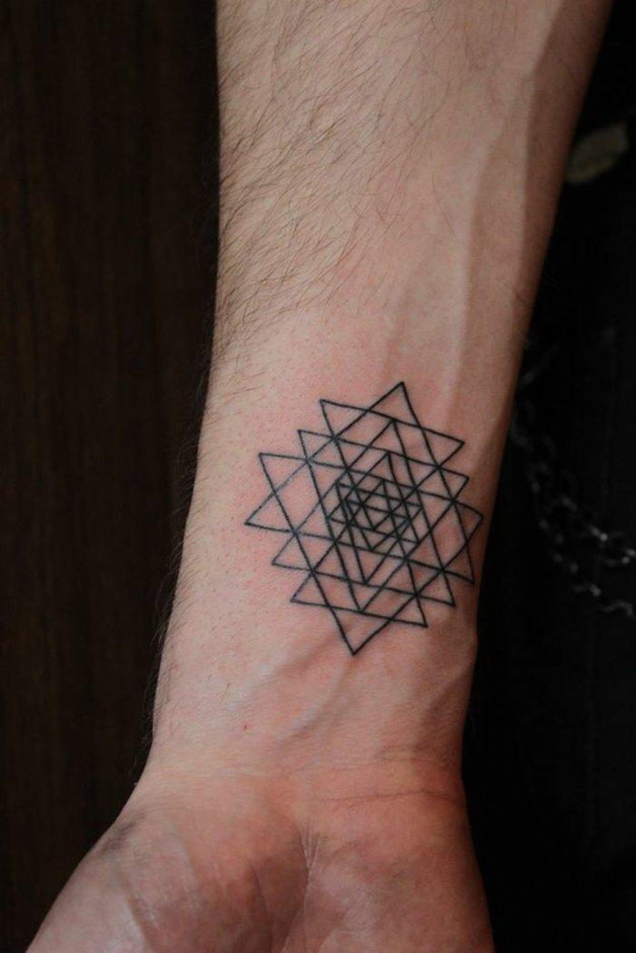 Simboli tatuaggi, avambraccio di un uomo, disegno tatuaggio triangoli