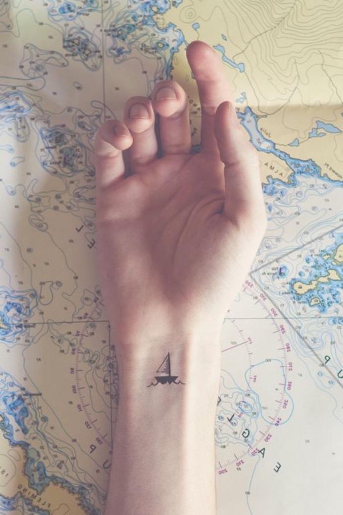 Tatuaggi piccoli particolari femminili, tattoo con barca a vela, tatuaggio sul polso della mano