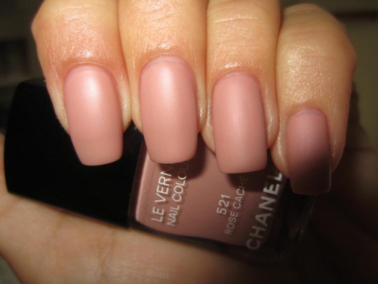 Unghie gel semplici, smalto rosa mat, bottiglietta smalto Chanel