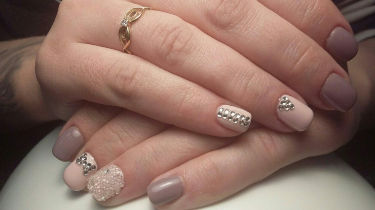 Smalto rosa cipria, unghie donna corte, decorazione unghie con brillantini