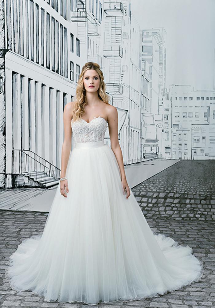 Abiti da sposa principeschi, vestito bianco con bustino, gonna con tulle bianco