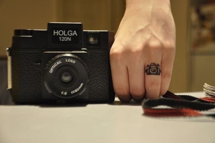 Catalogo tatuaggi, tattoo sul dito, macchina fotografica vintage