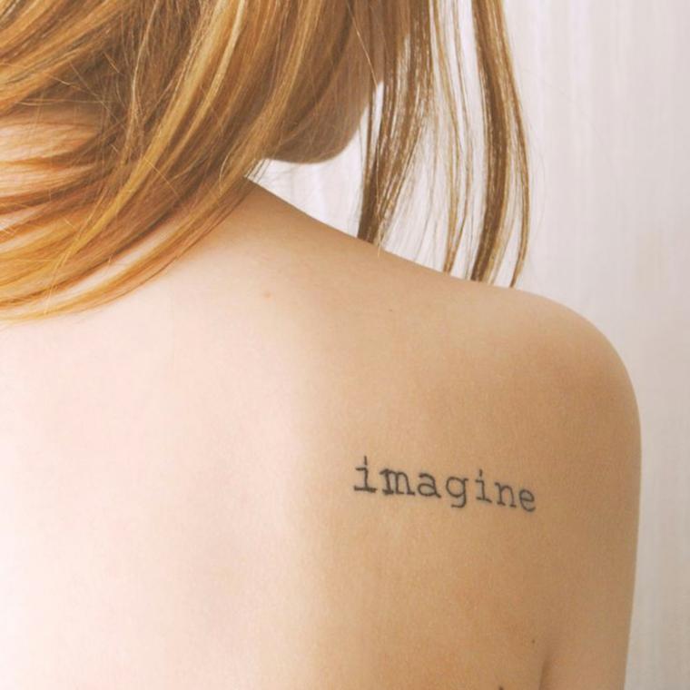 Scritte tattoo, donna con un tatuaggio sulla schiena, scritta in inglese
