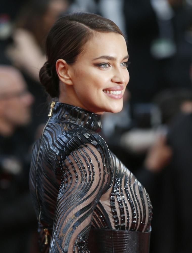 La super modella con chignon, Acconciature per capelli lunghi, abito nero trasparente