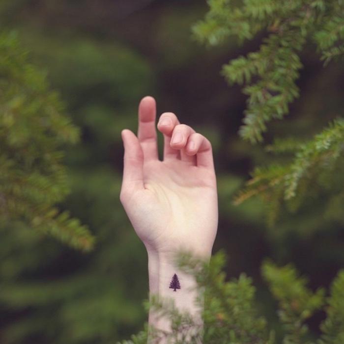 Catalogo tatuaggi, tattoo sul polso della mano, disegno tatuaggio albero