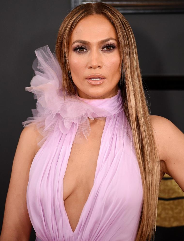 La cantante Jennifer Lopez con abito rosa, acconciature sposa capelli lunghi, capelli biondi lisci