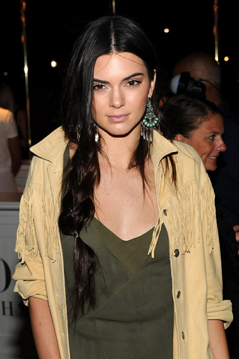 Acconciature raccolte, Kendall Jenner con capelli legati a treccia