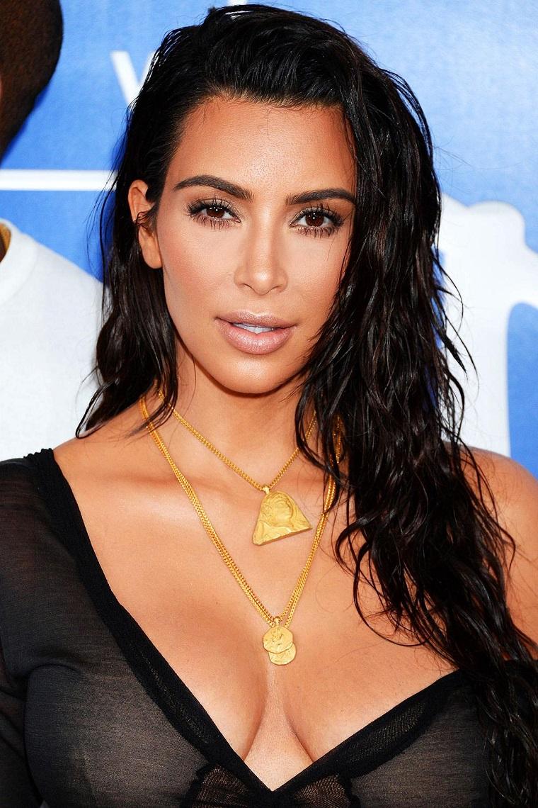 Acconciature per capelli lunghi, taglio capelli scalato, Kim Kardashian con maglietta trasparente