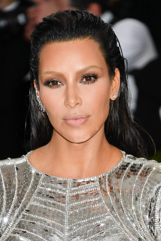 Acconciature capelli lunghi sciolti, Kim Kardashian con abito grigio, capelli effetto bagnato