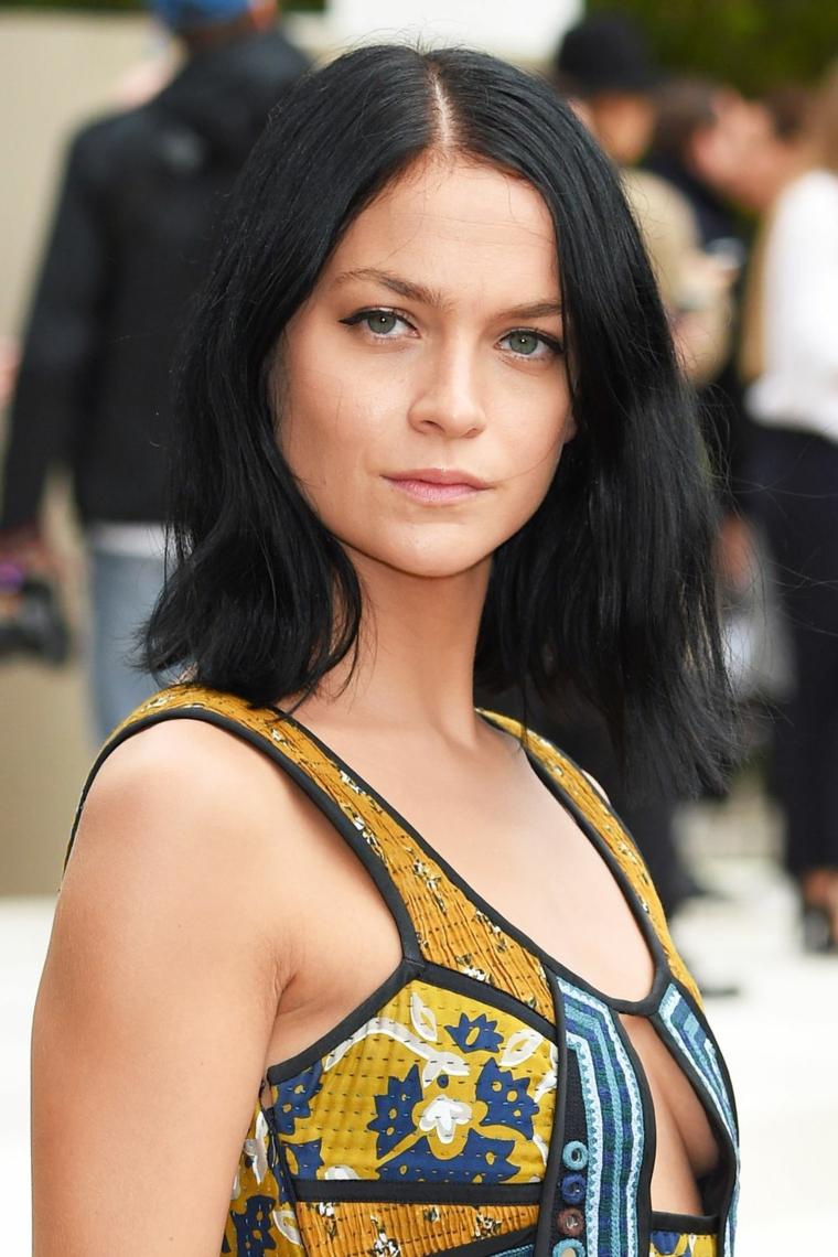 Capelli neri lisci, Leigh Lezark con abito colorato, ragazza con occhi verdi