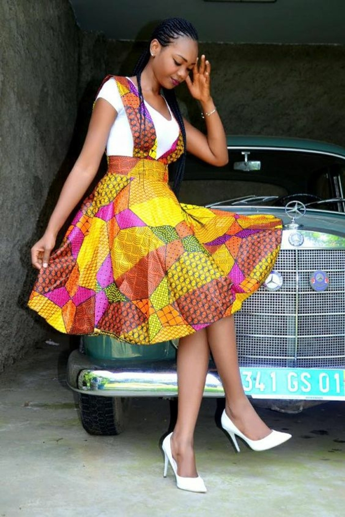 Donna seduta su una macchina, tessuti africani per abiti estivi, maglietta bianca con scollatura a V