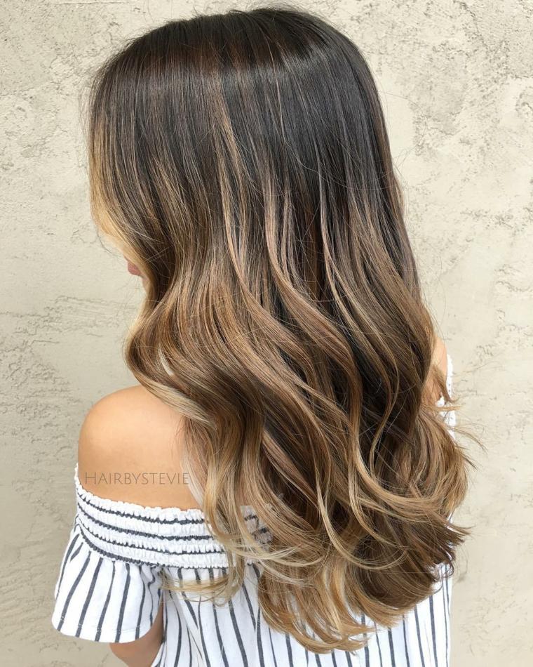Ragazza con capelli ricci, capelli colorati stile balayage, maglietta bianco nera