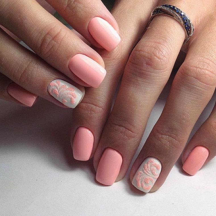 Unghie bellissime, smalto rosa mat, decorazioni floreali effetto sugar, anello in oro bianco