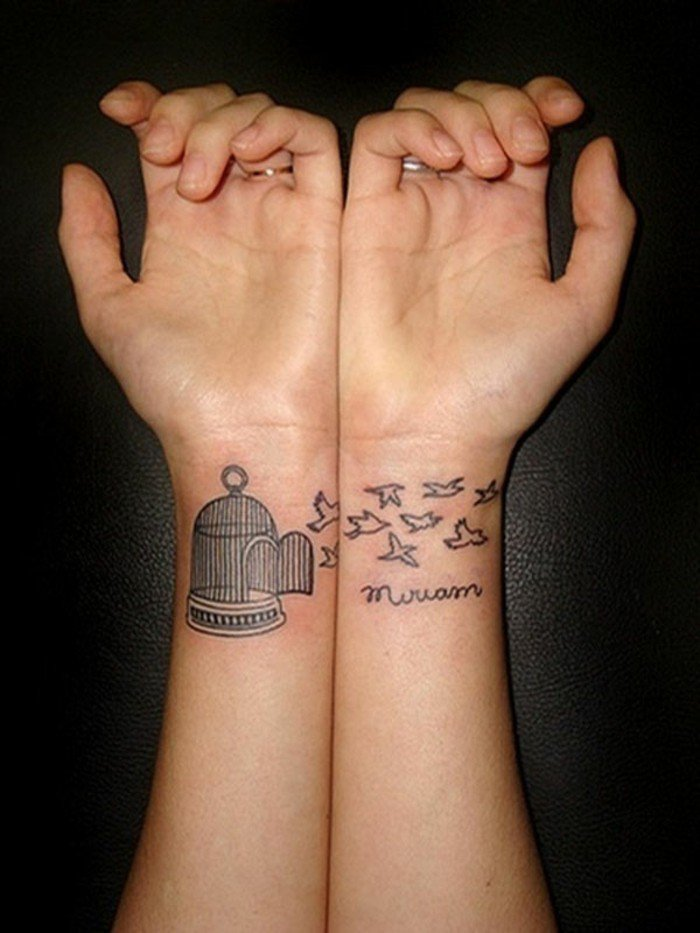 Tattoo particolari, tatuaggio sul polso della mano, disegno di uccelli e scritta
