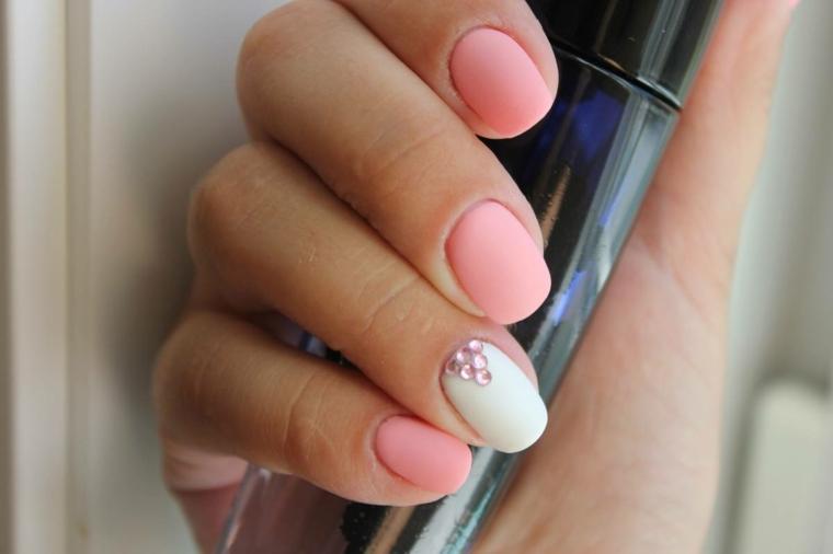 Unghie gel rosa, smalto rosa mat, unghie corte forma arrotondata, decorazione con brillantini