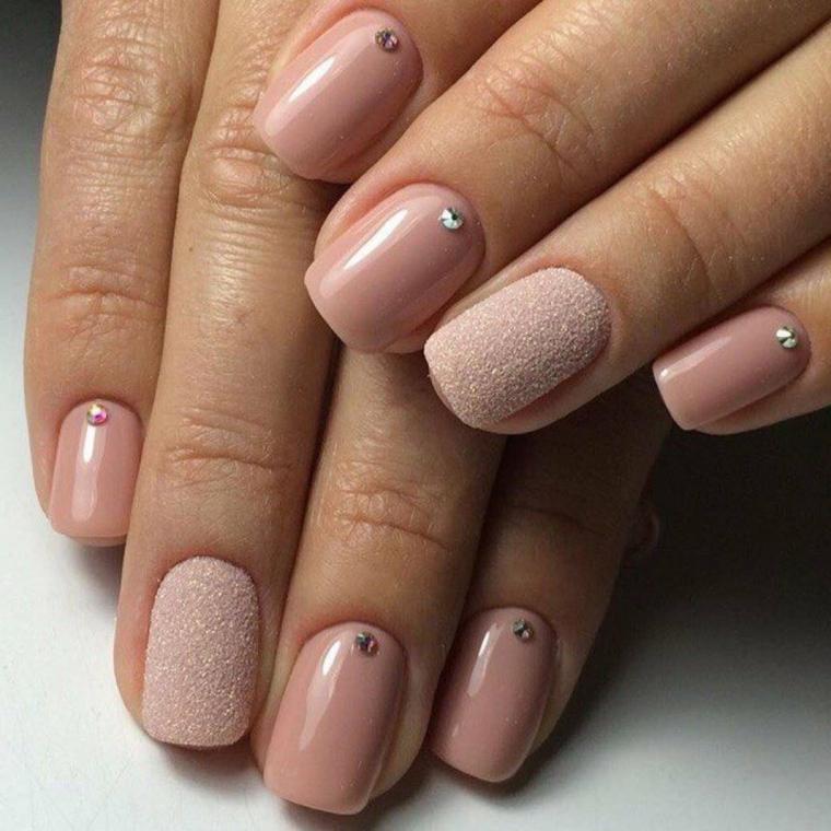 Smalto rosa effetto sugar, unghie corte decorate