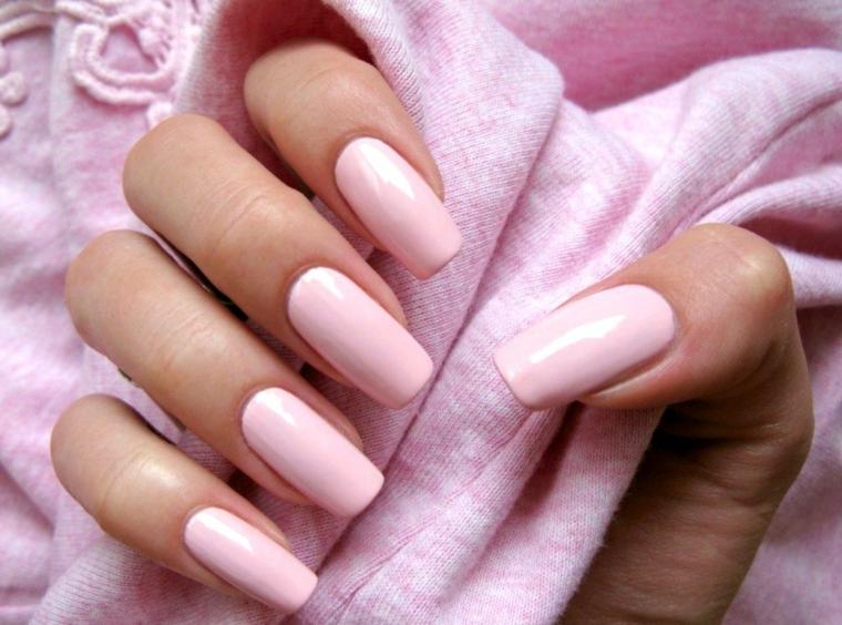La mano di una donna, unghie forma squadrata, nail art rosa cipria