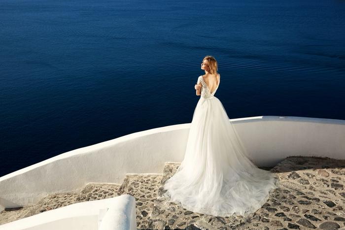 Abito da sposa principessa, vestito bianco con schiena scoperta, ragazza in riva al mare