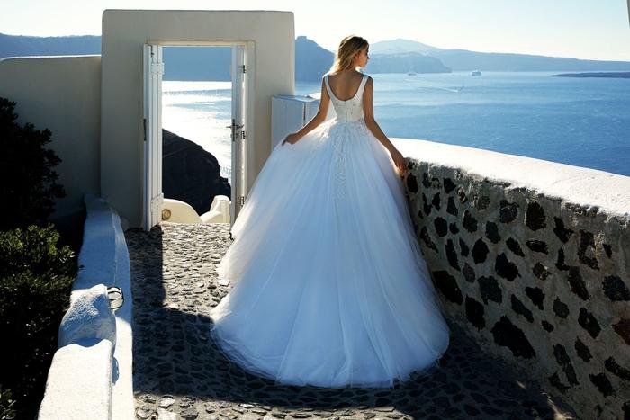 Vestito da sposa principessa, abito bianco con tulle, ragazza in riva al mare