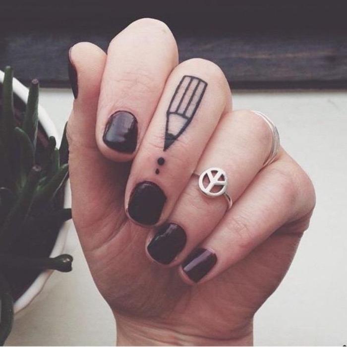 Anello simbolo della pace, tattoo matita con puntini, tattoo scritte braccio