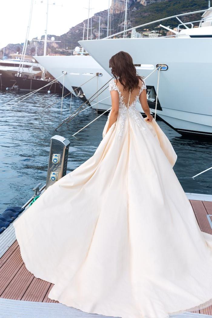 Vestiti da sposa colorati, abito da sposa rosa, ragazza con capelli ricci, porto con barche