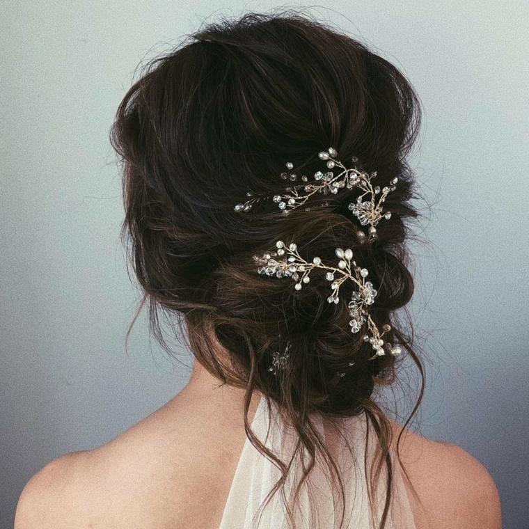 Capelli raccolti semplici, capelli castani con accessorio, donna con abito da sposa