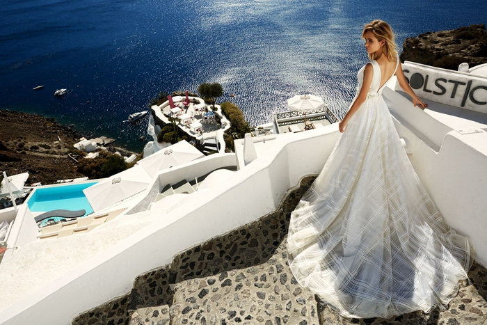 Vestiti da sposa colorati, abito bianco con schiena scoperta, ragazza in riva al mare