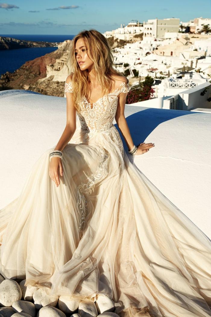 Vestito da sposa principessa, abito con chiffon, ragazza con capelli mossi biondi