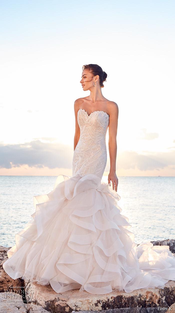 Vestito da sposa con perle, abito da sposa stile sirena, ragazza con capelli legati