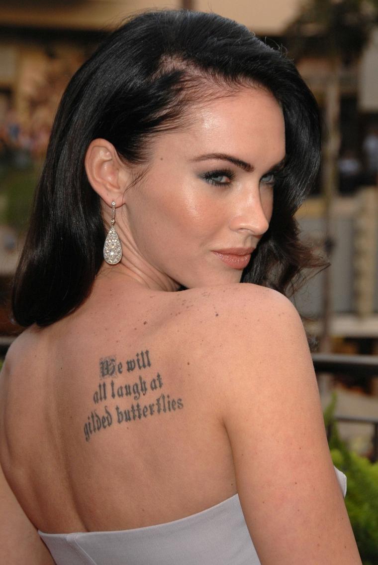 Frasi da tatuarsi, Megan Fox con tattoo sulla schiena, citazione in inglese