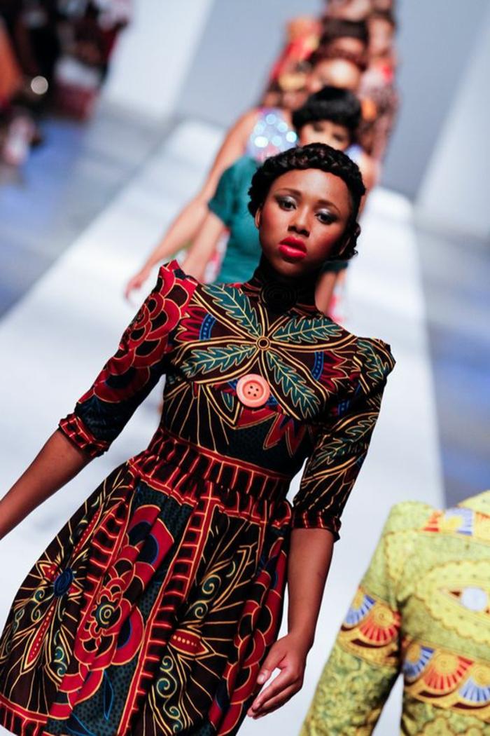 Modelle in passerella, vestiti africani con stampe floreali, ragazza con acconciatura treccia a corona
