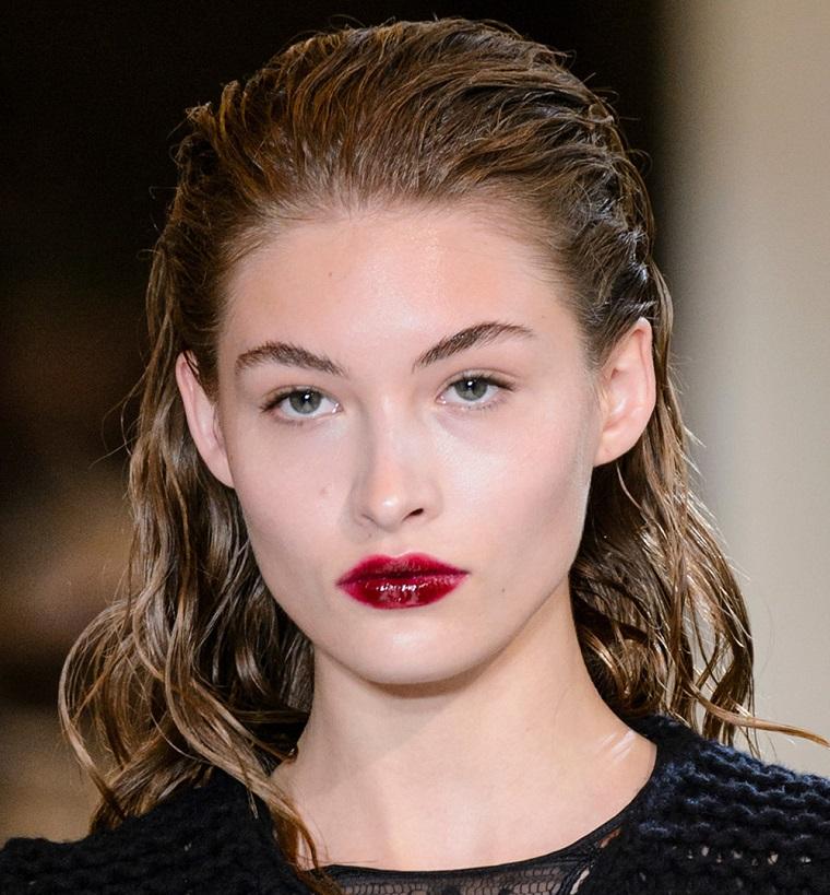 Acconciature capelli mossi, modella con rossetto rosso, capelli effetto bagnato