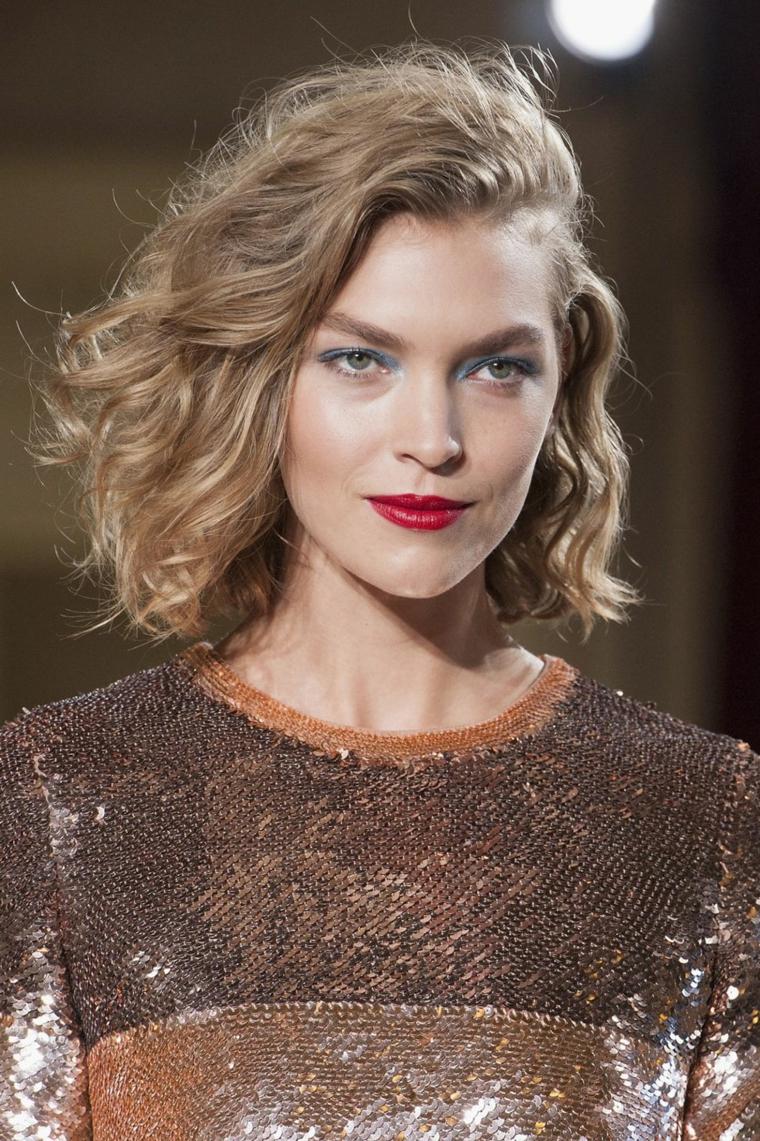 Capelli castani mossi, modella con rossetto rosso, acconciature per capelli medi