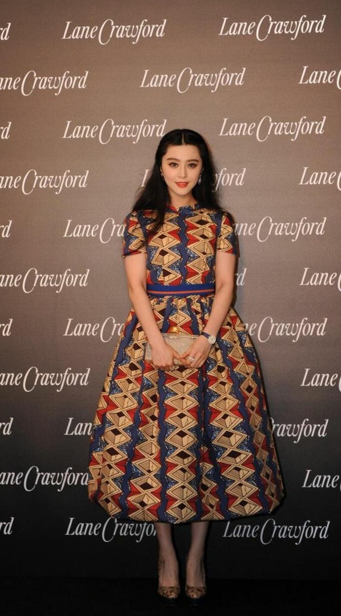 Abbigliamento donna, ragazza modella con abito a ruota, stampe con forme geometriche