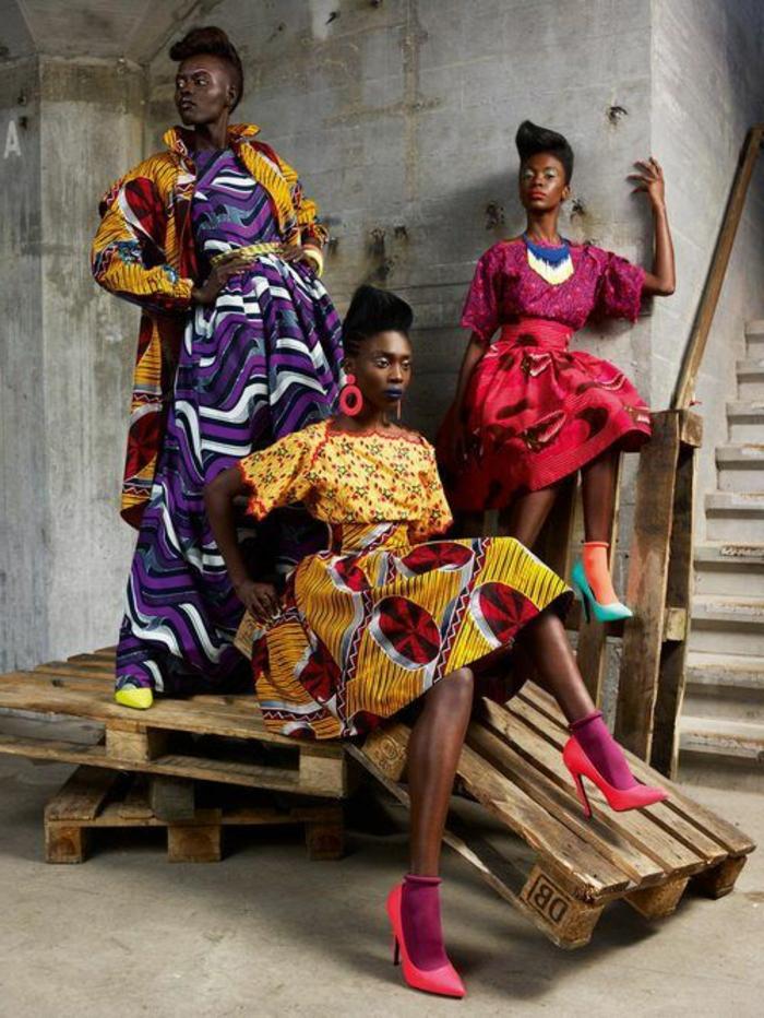 Tre modelle su pallet di legno, moda femminile con abiti colorati, ragazze con acconciature